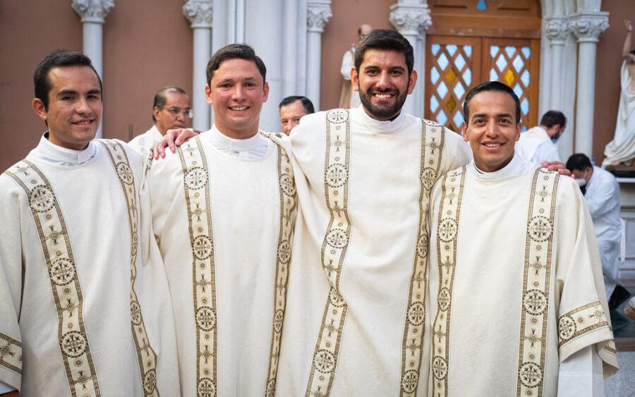«¡El que quiera servirme, que me siga!» – Ordenaciones diaconales en León, Gto.